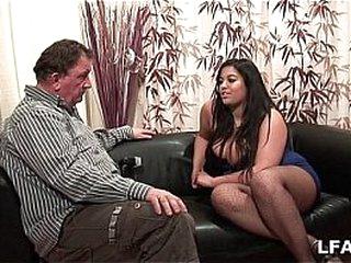 Amatrice francaise bien en chair et aux gros seins adore sucer une queue